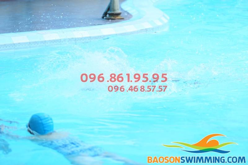 Bể bơi Bảo Sơn sạch sẽ, an toàn cho bé học bơi