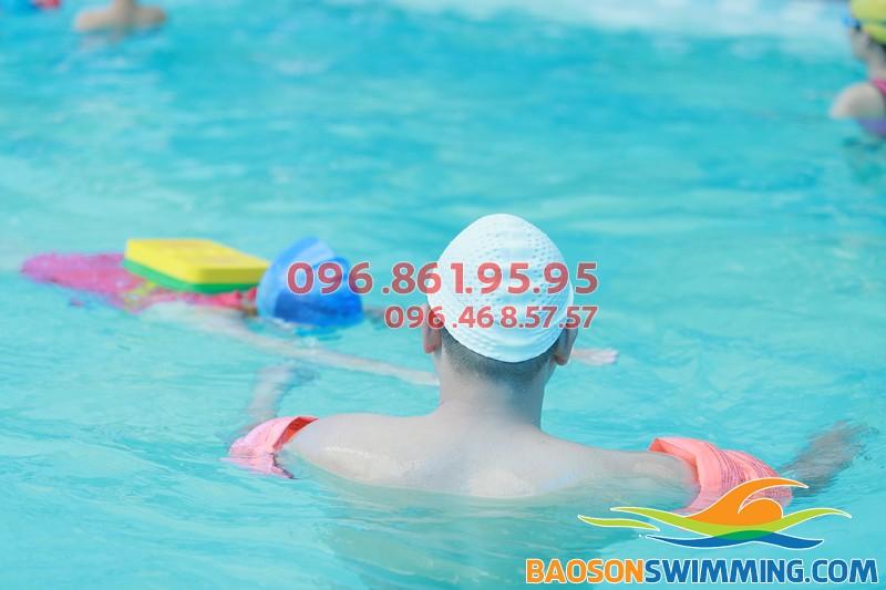 Học bơi ở Bảo Sơn, học viên sẽ được học bơi kèm riêng an toàn, chất lượng