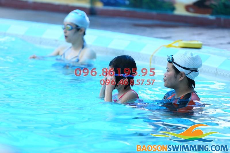 Mẹ và bé đươc học bơi giá rẻ tại Bảo Sơn Swimming