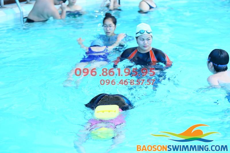 Lớp học bơi cho mẹ và bé được tổ chức với hình thức kèm riêng