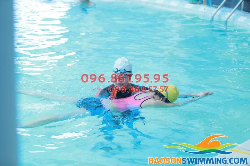 Lớp học bơi cùng giáo viên nữ tại Bảo Sơn được tổ chức với hình thức dạy kèm riêng chất lượng