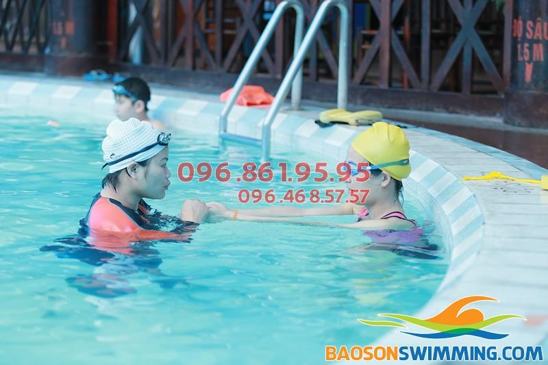 Hình ảnh thực tế giờ học bơi cơ bản lớp học bơi dành cho người lớn hè 2018