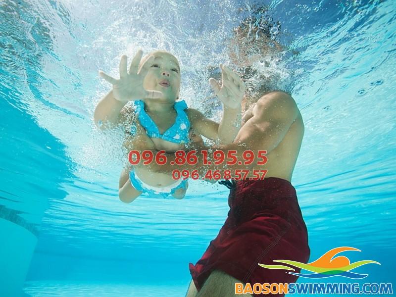 Học bơi ở Bảo Sơn - bé được học bơi kèm riêng an toàn, chất lượng