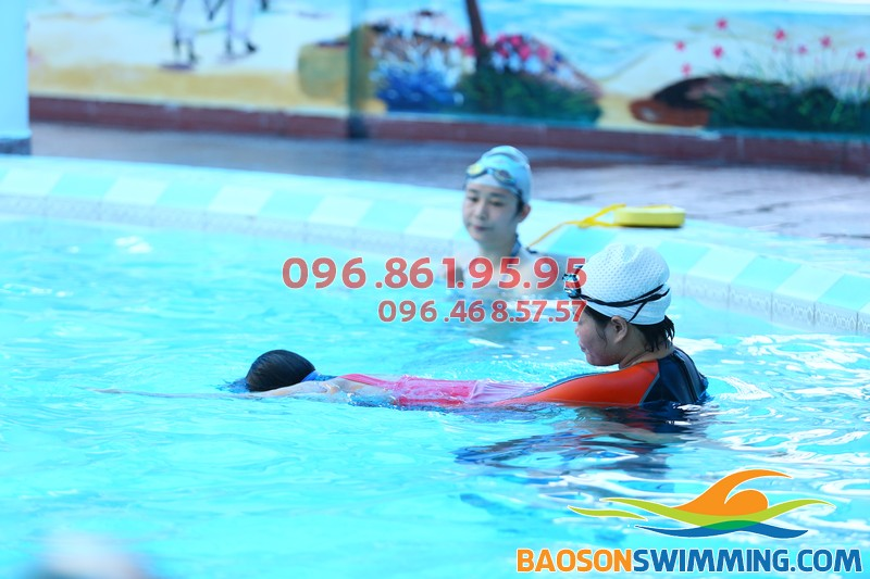 Bé học bơi tại Bảo Sơn phụ huynh được chọn giáo viên nam, nữ trực tiếp dạy bơi cho con