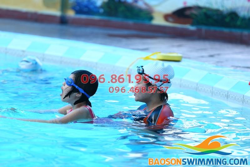 Học bơi tại Bảo Sơn bé được học bơi kèm riêng chất lượng