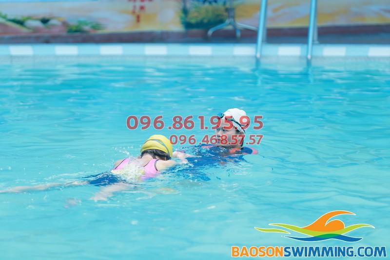Học bơi ở Bảo Sơn học viên được học bơi đúng kỹ thuật và học các kỹ năng bơi an toàn