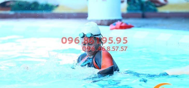 Lớp học bơi bể bơi khách sạn Bảo Sơn với HLV nữ kèm riêng hè 2019