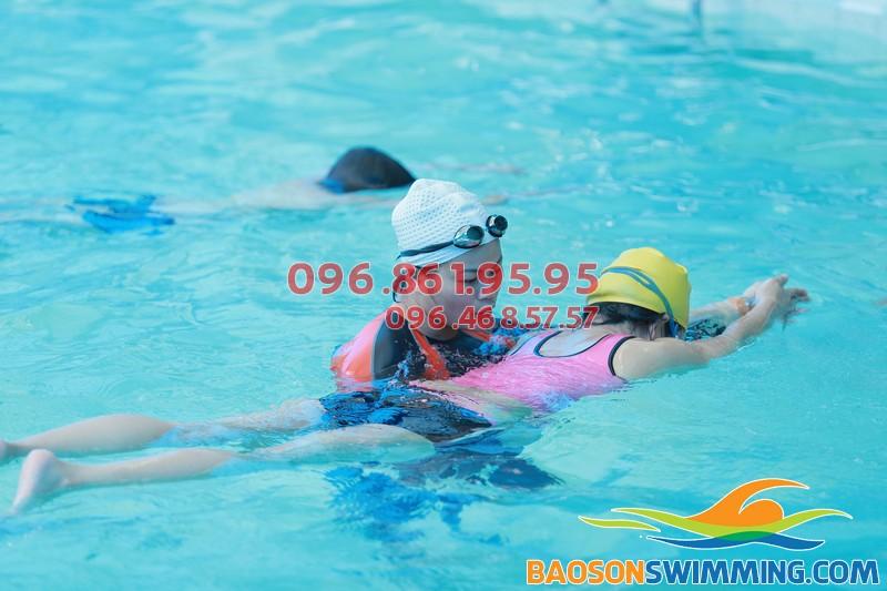 Học viên được giáo viên hướng dẫn học bơi ếch