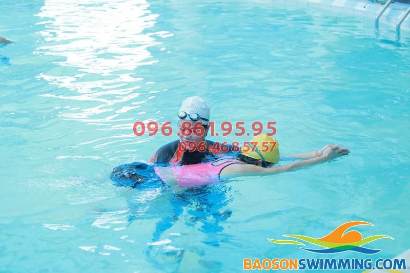 Một giờ học bơi của học viên tại bể nước nóng Bảo Sơn