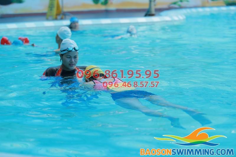Học viên tham gia lớp học bơi cơ bản tại bể Bảo Sơn