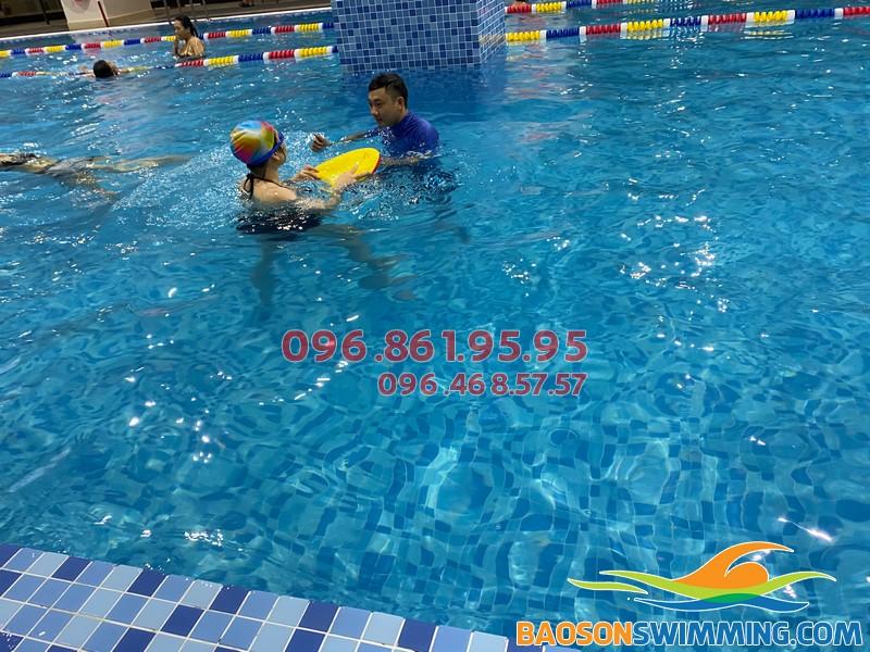 Học bơi kèm riêng là hình thức dạy học bơi tốt nhất hiện nay