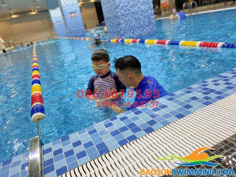 Lớp học bơi bể The Legend Nguyễn Tuân đáp ứng đủ các tiêu chí của 1 lớp học an toàn, chất lượng