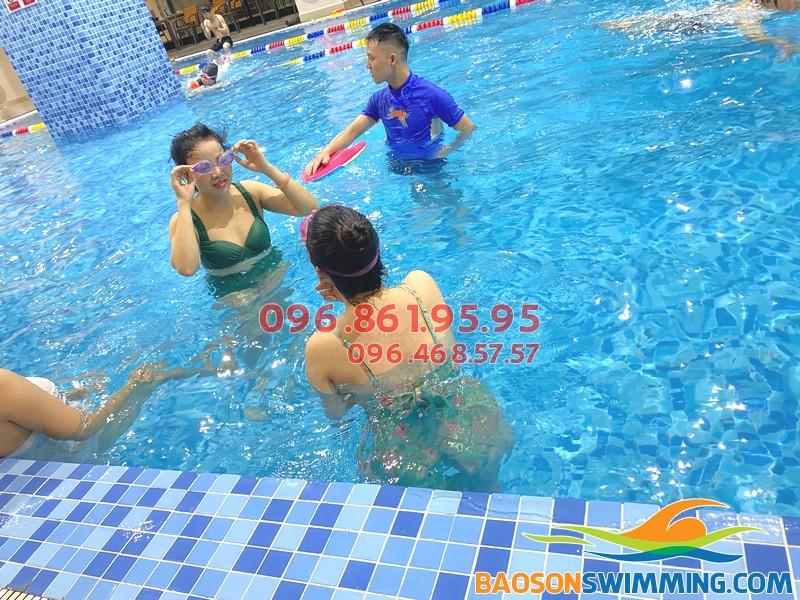 Học bơi tại bể The Legend Pool, học viên được chọn giáo viên nam, nữ theo nhu cầu