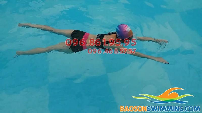 Bé thực hành bơi ếch tại bể bơi Bảo Sơn