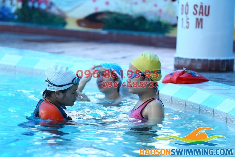 Bé được học bơi ở Bảo Sơn với hình thức kèm riêng hiệu quả
